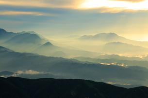 雲と山並みの写真素材 [FYI04073932]