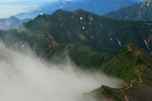 ガスわく稜線と爺ヶ岳の写真素材 [FYI04073934]