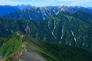 布引岳と槍ヶ岳等北アルプスの山々の写真素材 [FYI04073940]