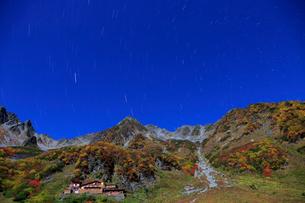 スーパームーンに照らされる涸沢の紅葉と北穂高岳と星空の写真素材 [FYI04073961]