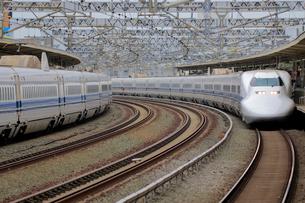 浜松駅を通過する新幹線の写真素材 [FYI04074123]