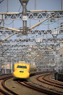 浜松駅を通過するドクターイエローの写真素材 [FYI04074124]