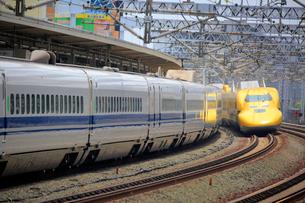 浜松駅を通過するドクターイエローの写真素材 [FYI04074126]