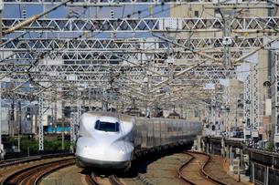 浜松駅を通過する新幹線の写真素材 [FYI04074129]