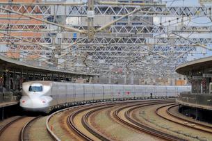 浜松駅を通過する新幹線の写真素材 [FYI04074130]