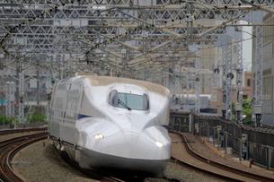 浜松駅を通過する新幹線の写真素材 [FYI04074131]