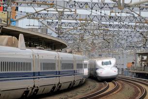 浜松駅を通過する新幹線の写真素材 [FYI04074134]