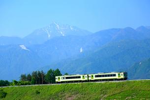 小海線と甲斐駒ケ岳の写真素材 [FYI04074137]