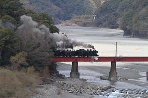 鉄橋を渡る大井川鐡道の蒸気機関車の写真素材 [FYI04074149]