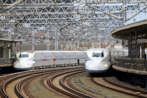 浜松駅を通過する新幹線の写真素材 [FYI04074151]