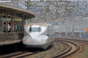 浜松駅を通過する新幹線の写真素材 [FYI04074153]