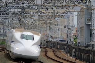 浜松駅を通過する新幹線の写真素材 [FYI04074156]