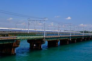 浜名湖を通過する新幹線の写真素材 [FYI04074157]