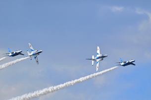 ブルーインパルスのアクロバット飛行の写真素材 [FYI04074165]