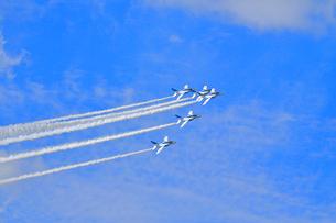 ブルーインパルスのアクロバット飛行の写真素材 [FYI04074172]