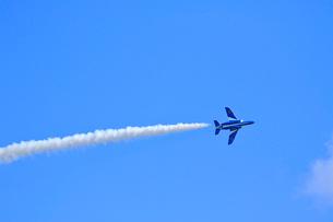 ブルーインパルスのアクロバット飛行の写真素材 [FYI04074176]