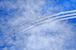 ブルーインパルスのアクロバット飛行の写真素材 [FYI04074178]