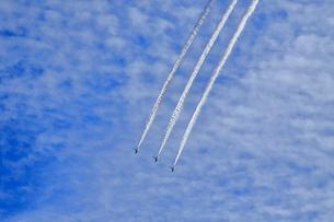 ブルーインパルスのアクロバット飛行の写真素材 [FYI04074179]