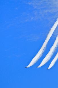 ブルーインパルスのアクロバット飛行の写真素材 [FYI04074180]
