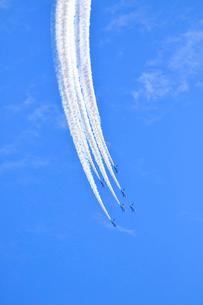 ブルーインパルスのアクロバット飛行の写真素材 [FYI04074181]