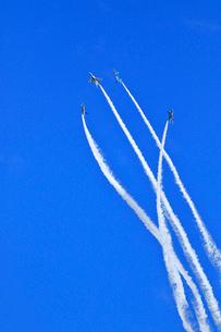 ブルーインパルスのアクロバット飛行の写真素材 [FYI04074182]