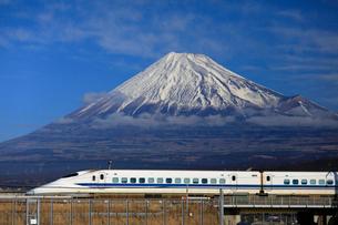 新幹線と富士山の写真素材 [FYI04074185]