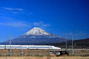 新幹線と富士山の写真素材 [FYI04074186]