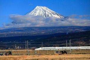 新幹線と富士山の写真素材 [FYI04074189]