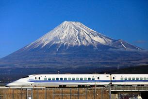 新幹線と富士山の写真素材 [FYI04074190]