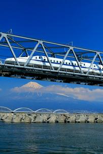 新幹線と富士山の写真素材 [FYI04074191]