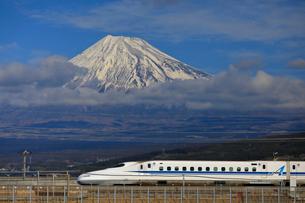 新幹線と富士山の写真素材 [FYI04074192]
