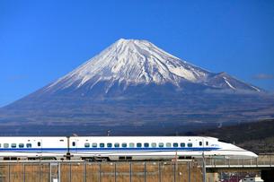 新幹線と富士山の写真素材 [FYI04074193]
