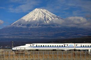 新幹線と富士山の写真素材 [FYI04074194]