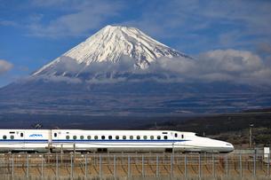 新幹線と富士山の写真素材 [FYI04074195]