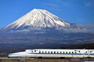 新幹線と富士山の写真素材 [FYI04074198]