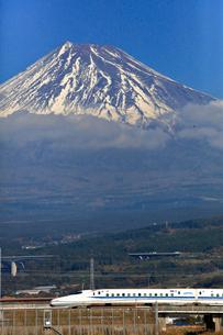 新幹線と富士山の写真素材 [FYI04074199]