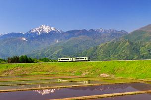 小海線と甲斐駒ケ岳の写真素材 [FYI04074232]