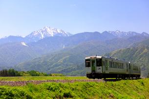 小海線と甲斐駒ケ岳の写真素材 [FYI04074247]