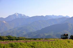 小海線と甲斐駒ケ岳の写真素材 [FYI04074248]