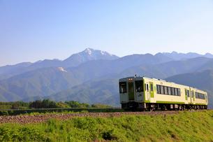 小海線と甲斐駒ケ岳の写真素材 [FYI04074250]