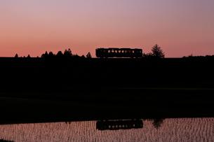 水田と小海線夕景の写真素材 [FYI04074251]