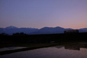 甲斐駒ケ岳と小海線夕景の写真素材 [FYI04074253]