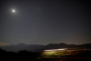 小海線の列車の光跡と星空の写真素材 [FYI04074258]