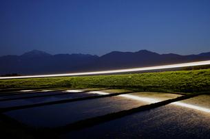 小海線の列車の光跡と甲斐駒ケ岳の写真素材 [FYI04074259]