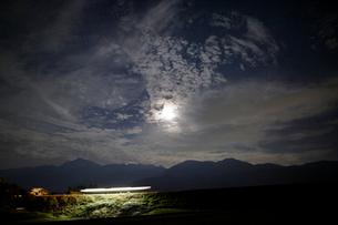 小海線の列車の光跡と星空の写真素材 [FYI04074261]
