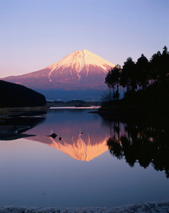田貫湖に映る逆さ富士夕景の写真素材 [FYI04074322]