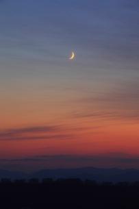 夕焼けと三日月の写真素材 [FYI04074329]