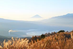 早朝の富士山の写真素材 [FYI04074366]