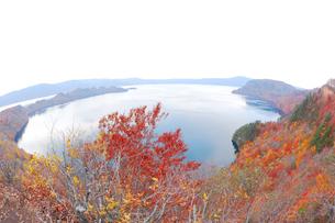 十和田湖と紅葉の写真素材 [FYI04074470]