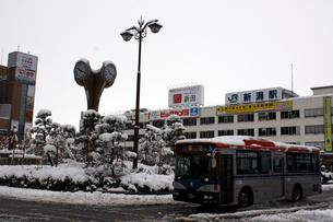 雪が積もった新潟駅万代口の写真素材 [FYI04074523]